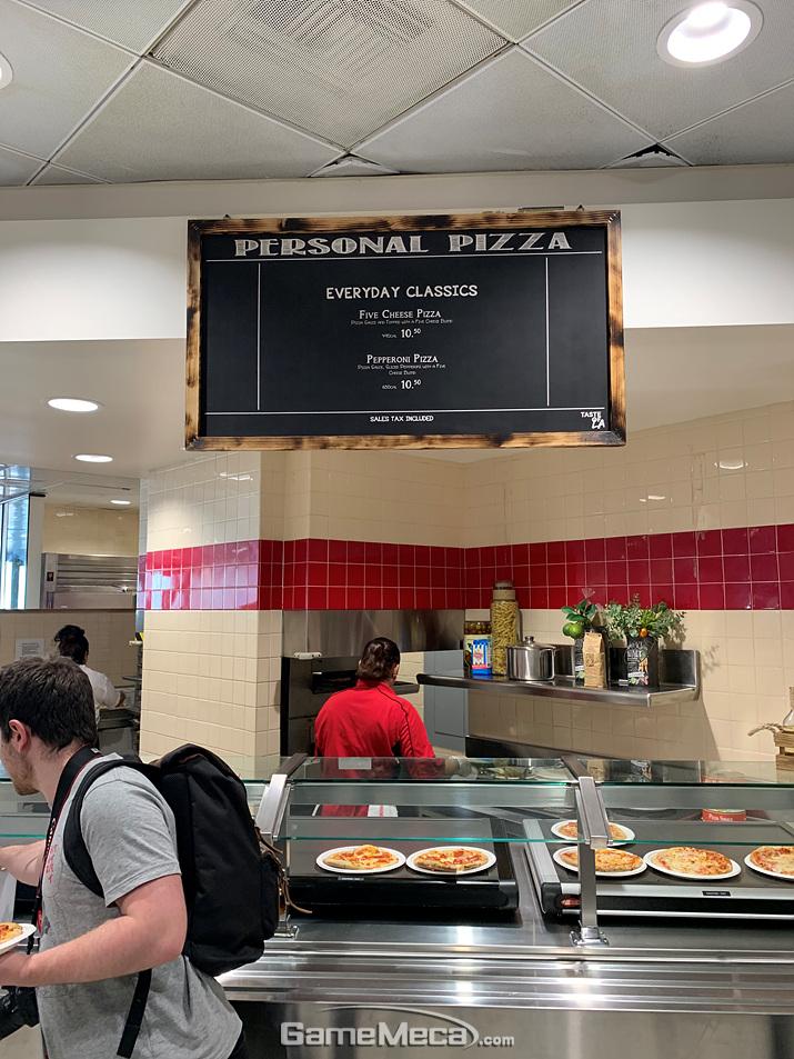 식당 내부에서는 다양한 음식들을 팝니다. 주로 피자, 튀김, 버거류죠 (사진: 게임메카 촬영)