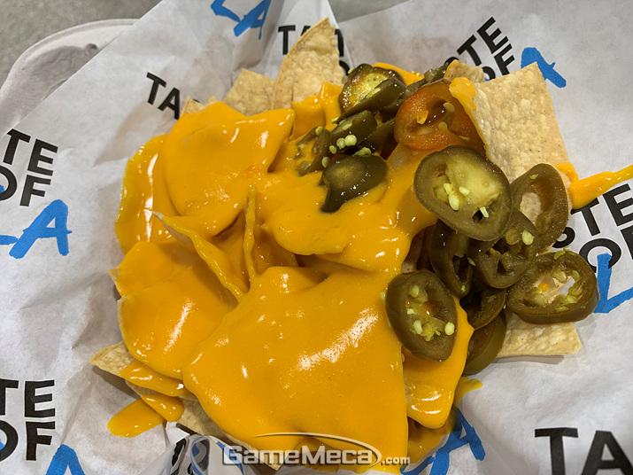 제 선택은 클래식 나쵸! 또띠아칩에 치즈 소스를 듬뿍 뿌리고 할라피뇨를 얹었습니다 (사진: 게임메카 촬영)