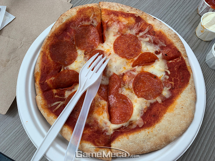 이건 다른 날 먹은 페퍼로니 피자입니다. 1인용으로 조그맣게 나오는데 저렴한 맛이 나요 (사진: 게임메카 촬영)