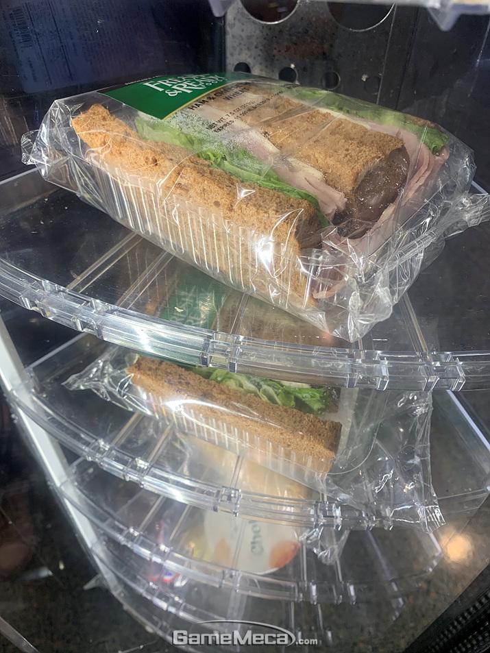 샌드위치나 샐러드를 파는 자판기도 있습니다 (사진: 게임메카 촬영)