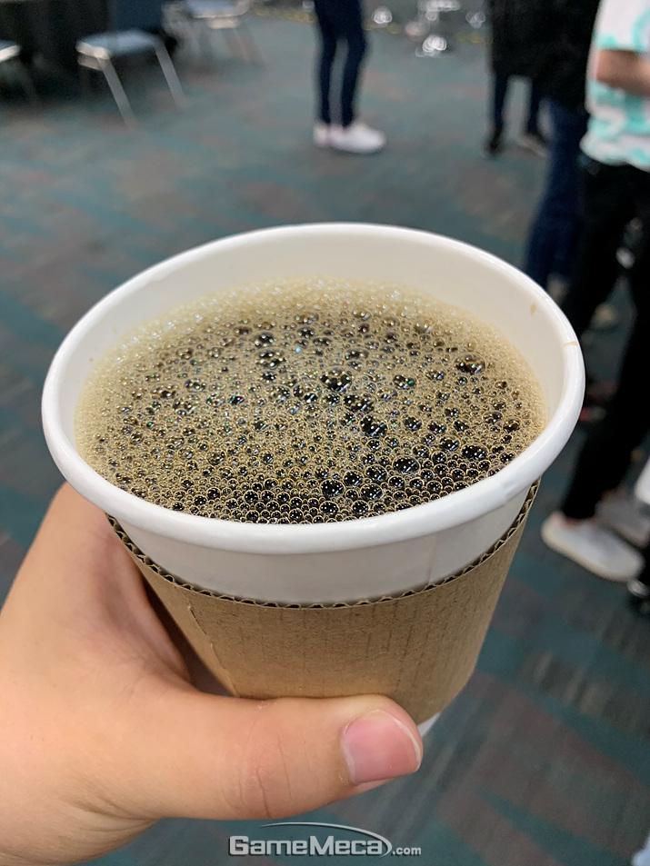 매대에서 3달러에 파는 커피를 이 곳에서는 무료로 먹을 수 있거든요! (사진: 게임메카 촬영)