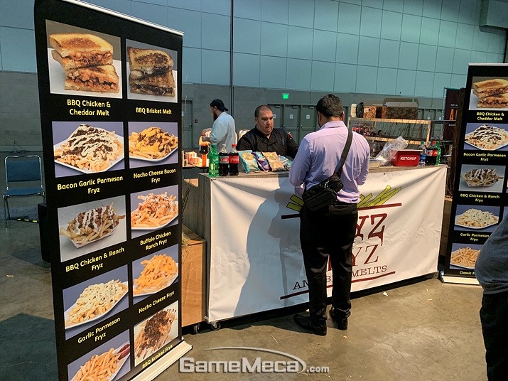 하지만, 과일보다는 이런 정키정키한 핫 샌드위치&감튀집이 인기가 많죠 (사진: 게임메카 촬영)