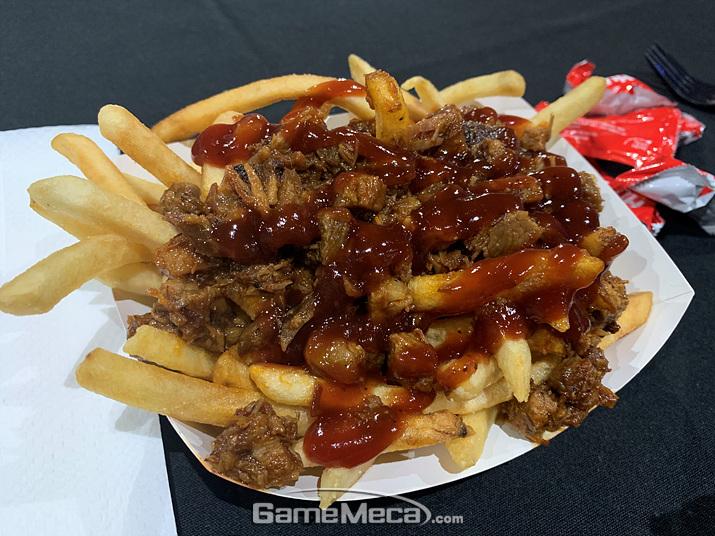 포크 BBQ가 잔뜩 얹어진 감자튀김을 먹었습니다. 레스토랑 비슷한 맛이 나는 것이 굿 초이스! (사진: 게임메카 촬영)