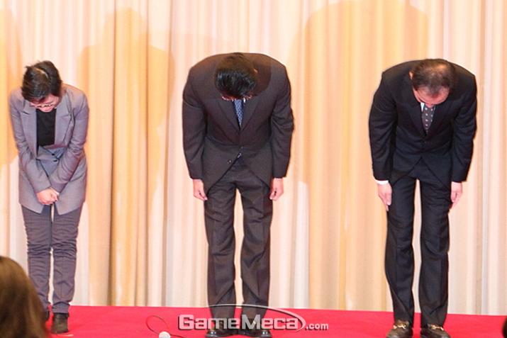 개인정보 유출에 대해 사죄하는 넥슨 관계자들 (사진: 게임메카 촬영)