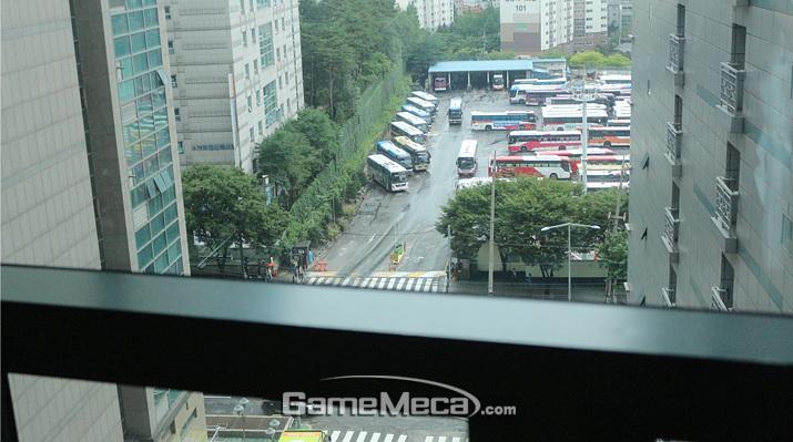 비 내리는 날씨 덕에 우울한 느낌이다 (사진: 게임메카 촬영)