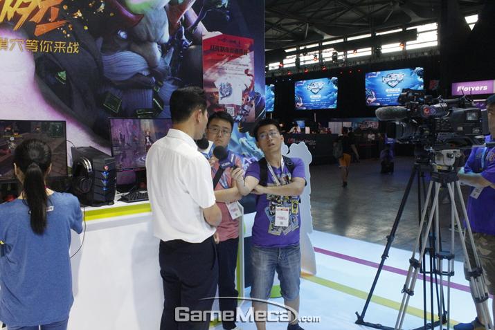 중국 현지에서 인기리에 서비스 되고 있는 게임인 만큼 현지 언론 관심도 뜨겁다 (사진: 게임메카 촬영)