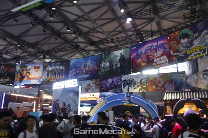 언제나 다양한 게임을 잔뜩 들고 나오는 텐센트 부스에는 (사진: 게임메카 촬영)
