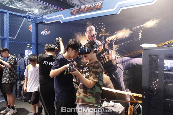 크로스파이어 VR도 인기리에 시연 중 (사진: 게임메카 촬영)