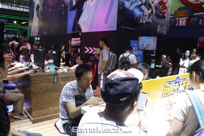 많은 사람들이 PC와 모바일로 카드라이더를 즐기고 있다 (사진: 게임메카 촬영)