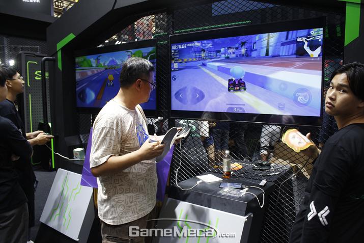 퀄컴관 블랙샤크 부스에서도 카트라이더 모바일 버전을 시연하는 풍경이 포착됐다 (사진: 게임메카 촬영)