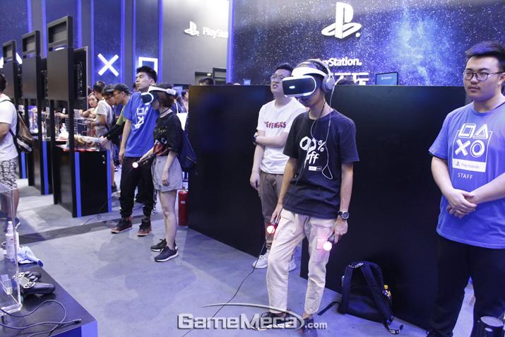 PS VR 타이틀 시연도 활발히 이루어지고 있다 (사진: 게임메카 촬영)