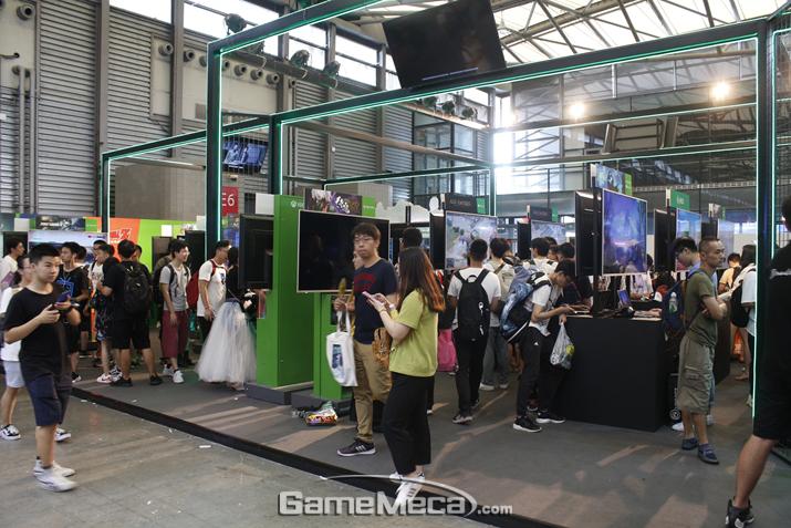Xbox 부스 역시 시연 위주로 구성돼 있다. 차이나조이에서 이렇게 시연으로만 꽉 채운 부스는 콘솔 3사 부스 외엔 거의 찾아보기 힘들다 (사진: 게임메카 촬영)
