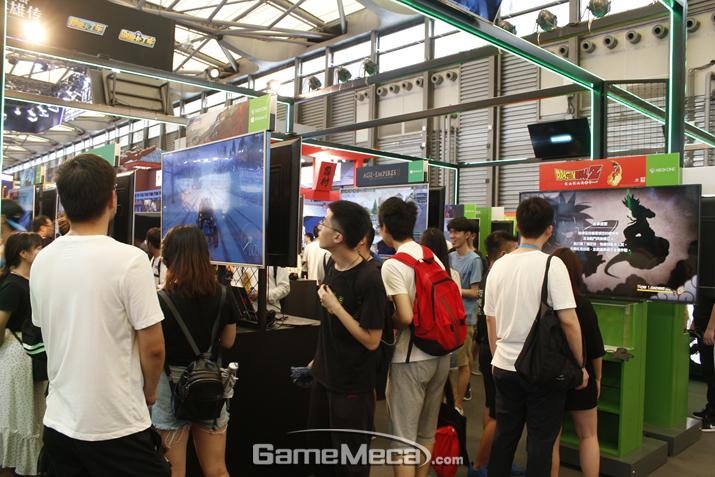 꽤 많은 게임들이 앞서 PS4 부스와 겹친다. 드래곤볼Z RPG도 보인다 (사진: 게임메카 촬영)