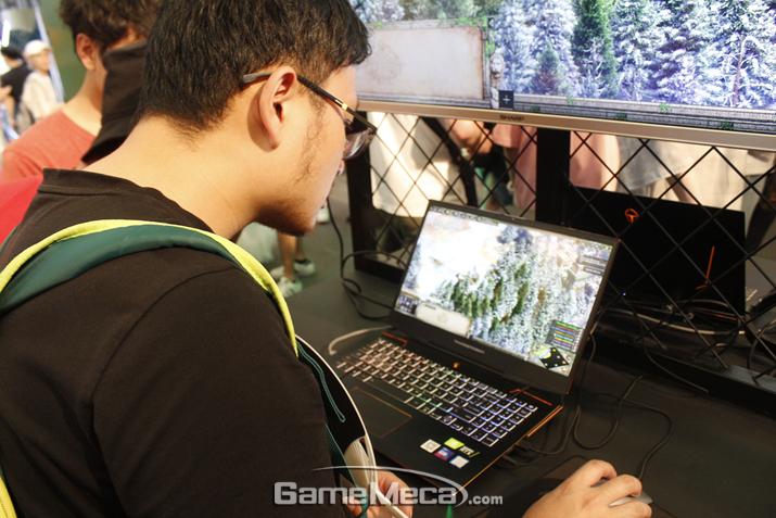 에이지 오브 엠파이어는 노트북으로 시연되고 있다 (사진: 게임메카 촬영)
