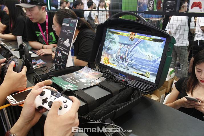 가지고 다니며 즐길 수 있는 Xbox One 기기도 인상적이다 (사진: 게임메카 촬영)
