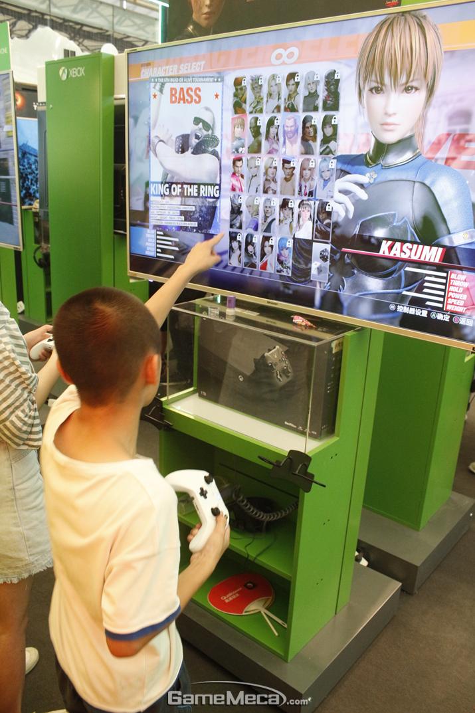 어린아이도 DOA6을 즐기고 있는데, 선정적 의상은 대부분 수정되거나 없었다 (사진: 게임메카 촬영)