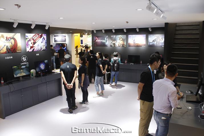 부스 내부는 주로 언리얼엔진을 사용한 게임들을 시연/전시하는 형태로 꾸며졌다 (사진: 게임메카 촬영)