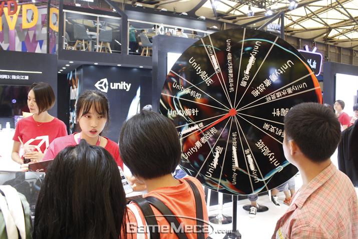 부스 정면에서는 행운의 수레바퀴 이벤트도 열리고 있다 (사진: 게임메카 촬영)