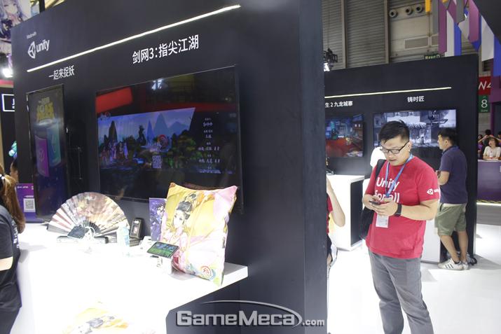 유니티 부스에도 에픽게임즈보다는 적지만 게임 시연대가 준비돼 있다 (사진: 게임메카 촬영)