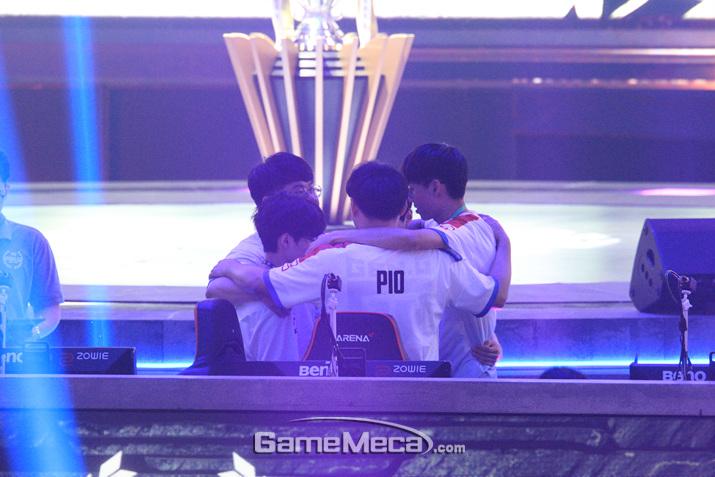 3일차 경기에 앞서 의기를 투합하고 있는 한국 팀 (사진: 게임메카 촬영)
