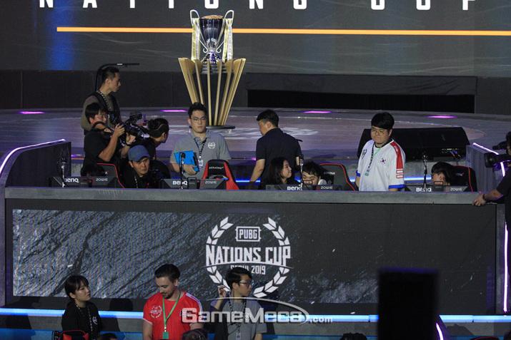 패배가 확정된 뒤 배승후 감독이 선수를 위로하고 있다 (사진: 게임메카 촬영)
