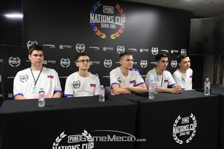 러시아 대표팀이 인터뷰를 나누고 있다 (사진: 게임메카 촬영)