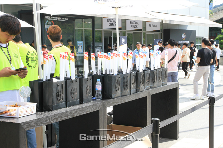 VIP 티켓을 구매한 사람들만 가질 수 있는 굿즈 세트 (사진: 게임메카 촬영)