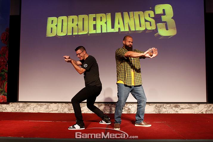 두 개발자가 '보더랜드 3'에 나오는 캐릭터 포즈를 취하고 있다 (사진: 게임메카 촬영)