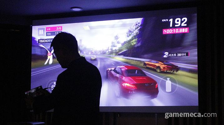 직접 스마트폰을 연결해 게임을 시연 중인 모습 (사진: 게임메카 촬영)