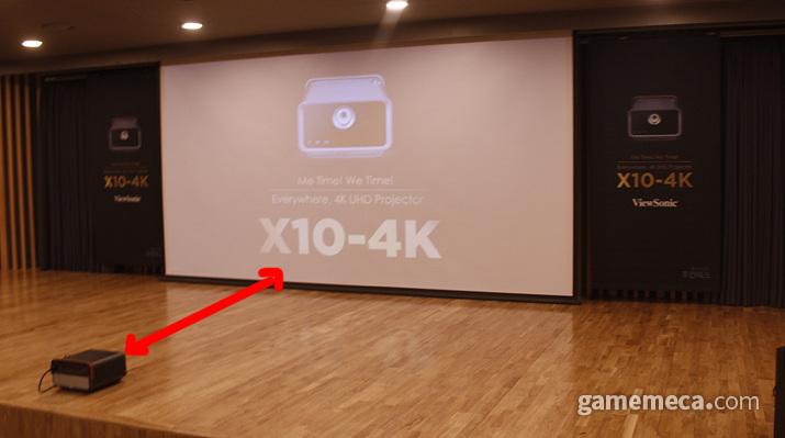 좁은 공간에서도 100인치를 넘는 대화면을 선보인다 (사진: 게임메카 촬영)