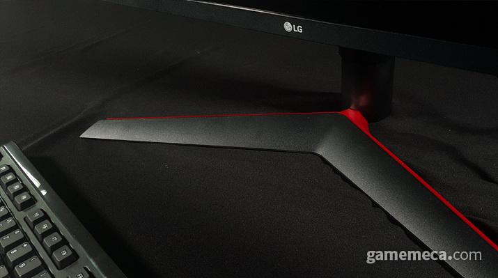 LG '울트라기어' 모니터 라인업 특징인 붉은선 디자인이 인상깊다 (사진: 게임메카 촬영)