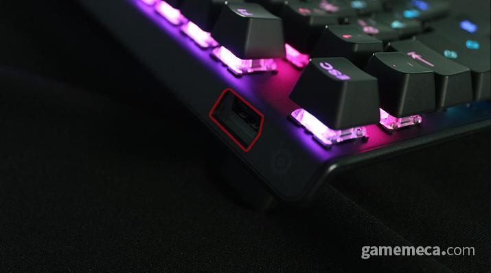 뒷면에 USB 포트가 위치한 점은 특이하다 (사진: 게임메카 촬영)