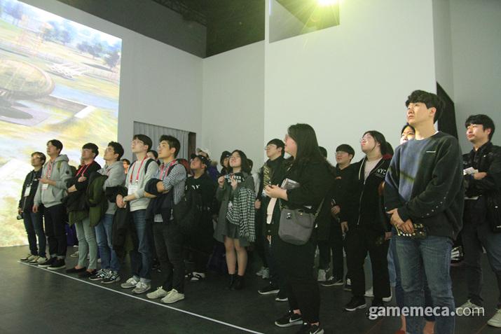 관객들 모두 넋놓고 영상을 감상하는 중 (사진: 게임메카 촬영)