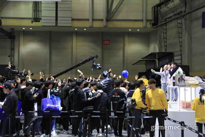무대에선 특별 행사가 진행 중이었는데 (사진: 게임메카 촬영)
