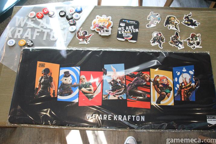 야외 크래프톤 부스에는 다양한 계열 게임 상품들이 가득하다 (사진: 게임메카 촬영)