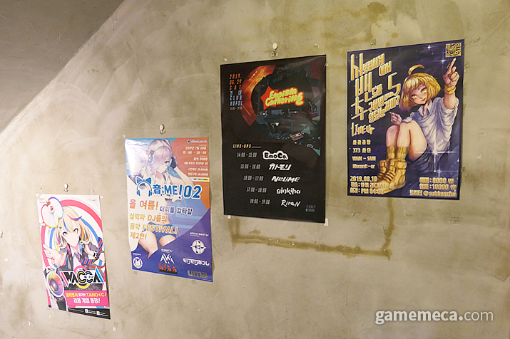 계단에 붙어있는 각종 게임 포스터 및 동인행사 포스터