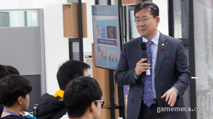 특강을 진행 중인 박양우 장관 (사진: 게임메카 촬영)