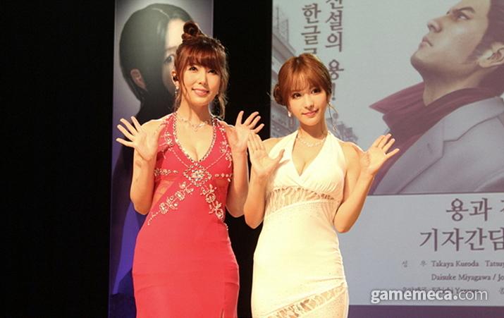 '용과 함께 3' 홍보 이벤트에 출연한 AV배우 하타노 유이(좌)와 모모노기 카나(우) (사진: 게임메카 촬영)