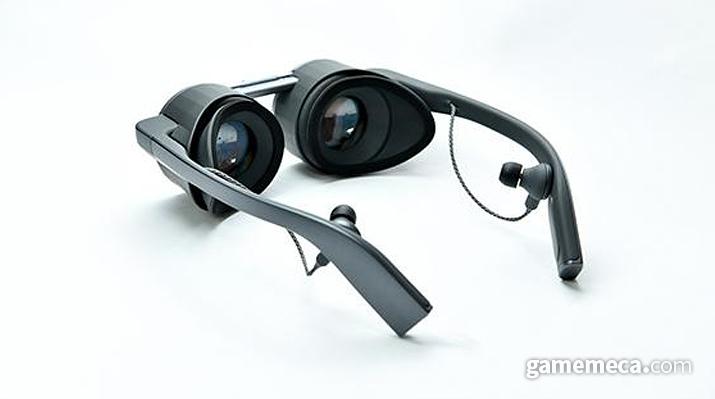 안경테를 따라 늘어져 있는 이어폰이 돋보인다 (사진출처: 파나소닉 공식 웹페이지)