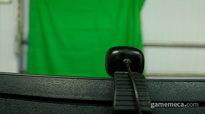 웹캠에 녹색 크로마키 천까지 설치! (사진: 게임메카 촬영)