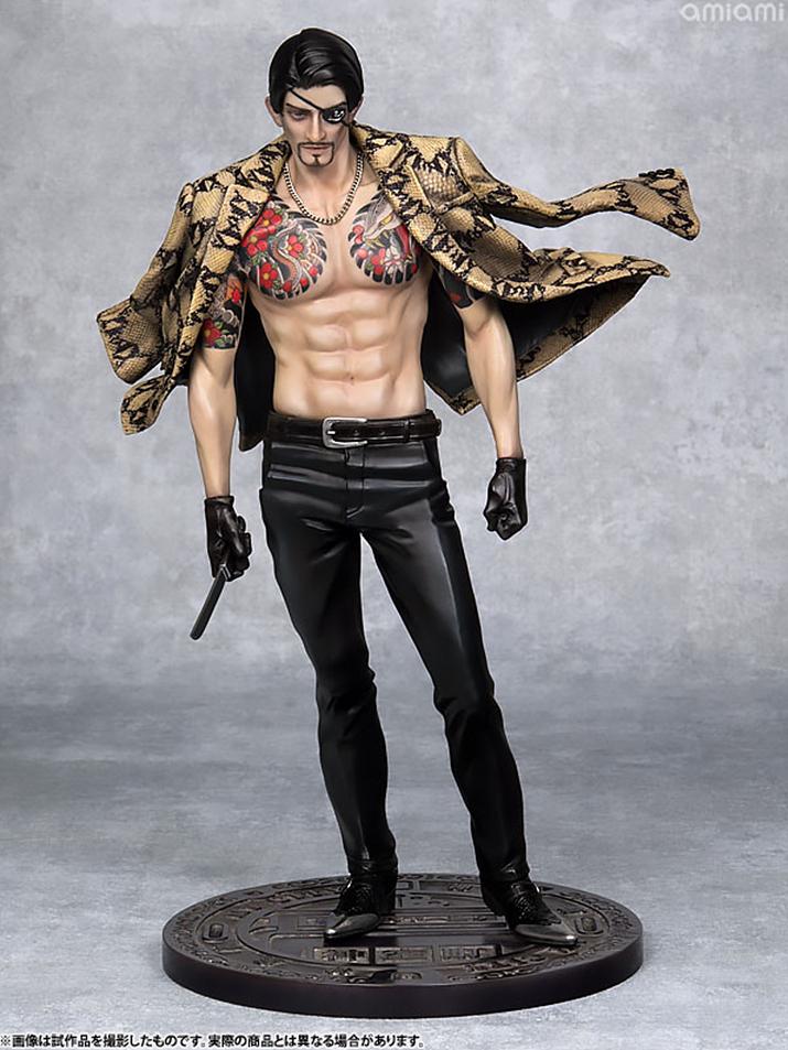 엄청난 위압감을 주는 synapse 마지마 고로. 어깨에 걸친 자켓과 살짝 비치는 문신, 선명한 복근에서 남자다움이 느껴진다 (사진출처: 아미아미 홈페이지)