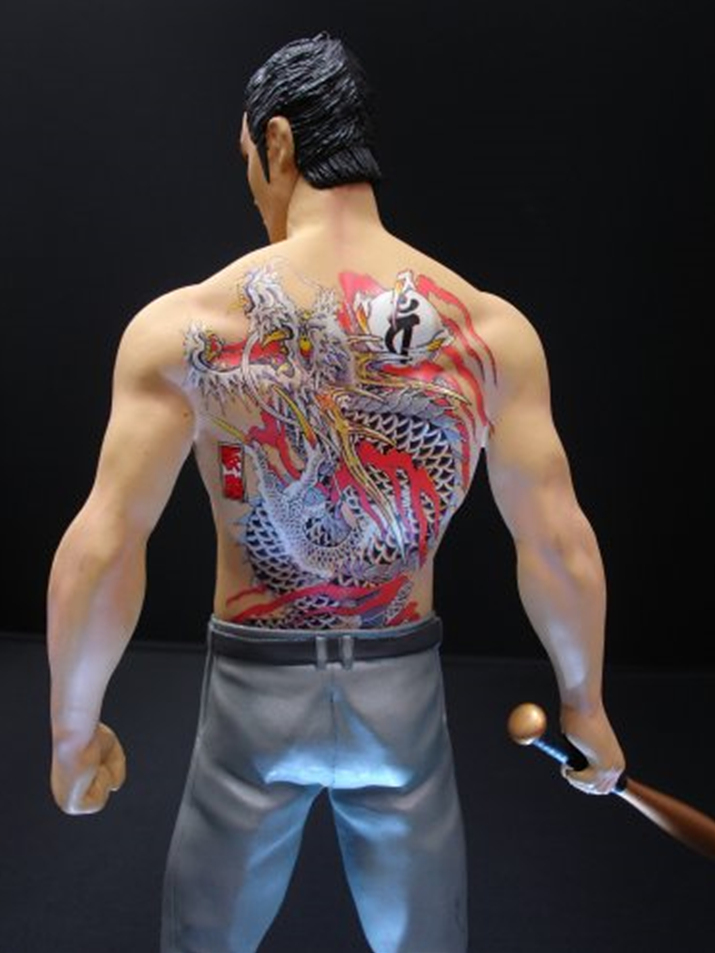 등에는 야쿠자의 상징인 용문신이 그려져 있다 (사진출처: 아마존재팬 홈페이지)