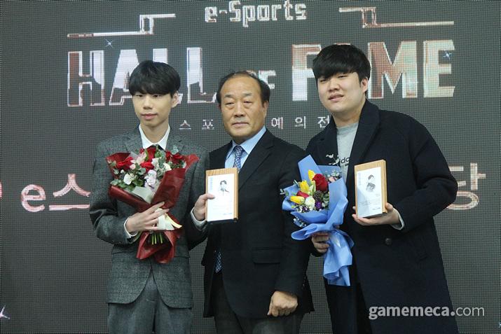 롤의 '상윤' 권상윤과 카트라이더 유창현이 '히어로즈' 헌액자 대표로 상패를 받았다 (사진: 게임메카 촬영)