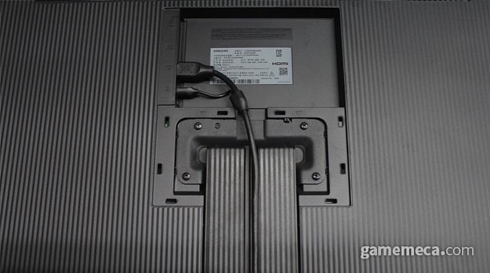 선 정리가 편한 HDMI + 전원선 Y자 케이블을 기본으로 제공한다 (사진: 게임메카 촬영)