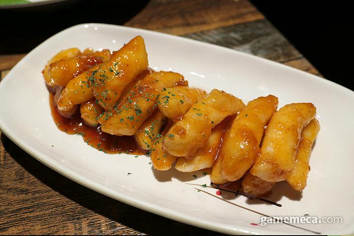 튄닭&꾼닭 치킨과 떡튀김 (사진: 게임메카 촬영)