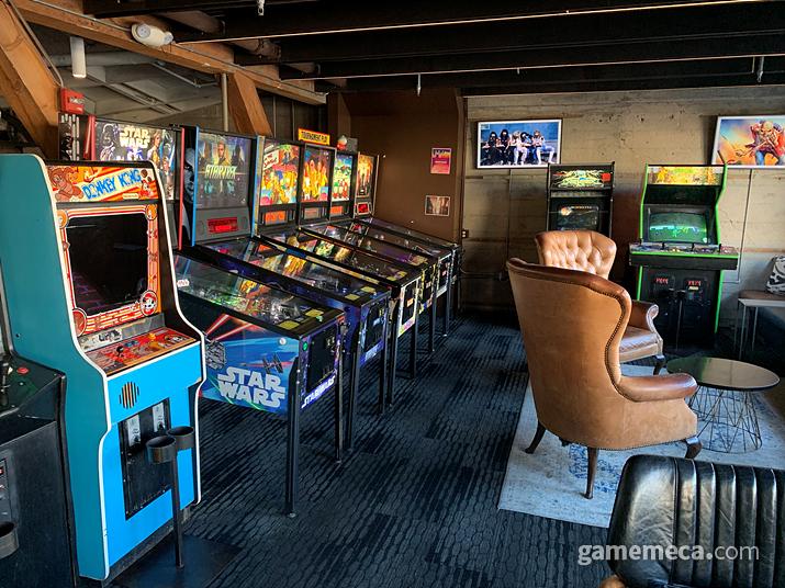 1층과 같이 다양한 스틱형 게임과 핀볼이 가득하다