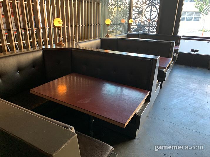 뒷편에는 안락해 보이는 다인용 테이블이