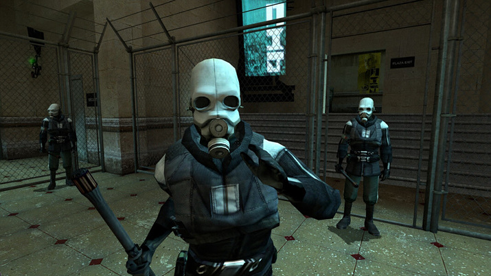 식민지가 된 지구에서 외계인 군경에게 검문을 당하는 고든 프리맨 (사진출처: 스팀)
