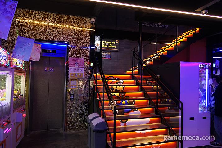매장 안에 엘리베이터가 설치되어 있다