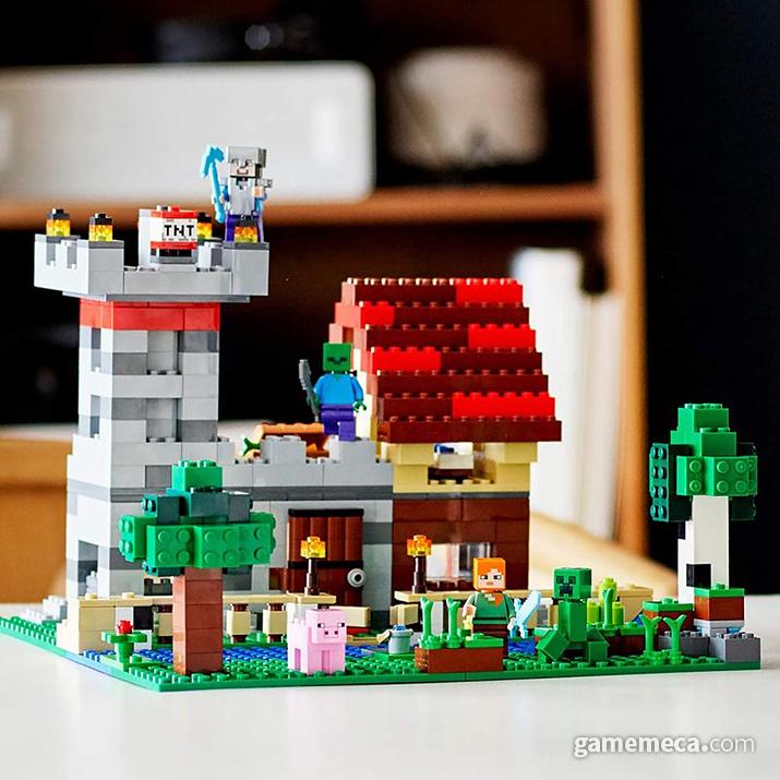 집과 필드를 완성한 모습. 크리퍼 조심해야 할 듯 한데... (사진출처: 마인크래프트 공식 샵)